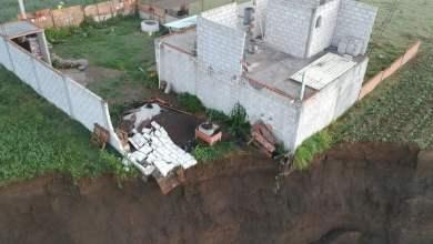 Socavón-devora-parte-de-casa-construida-al-lado-de-cultivos