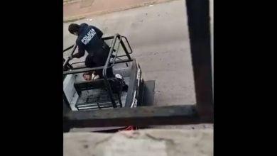 Graban-a-policias-golpeando-a-mujer