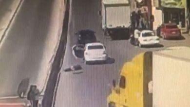 Mujer-secuestrada-por-su-ex-lanza-de-auto-en-movimiento