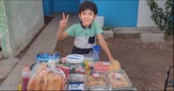 Ángel Antonio vende dulces para pagar sus útiles escolares