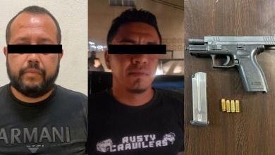 Arrestan-a-dos-sujetos-con-armas-en-vía-pública