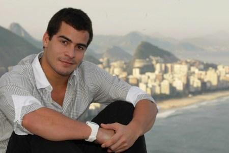 """Thiago Martins, de """"Avenida Brasil"""", passa mal e não volta para casa"""