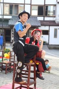 草津湯畑大道芸でポーズをとるアルジェントさーかす