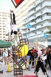 あつぎ国際大道芸での『アルジェントさーかす』の椅子倒立