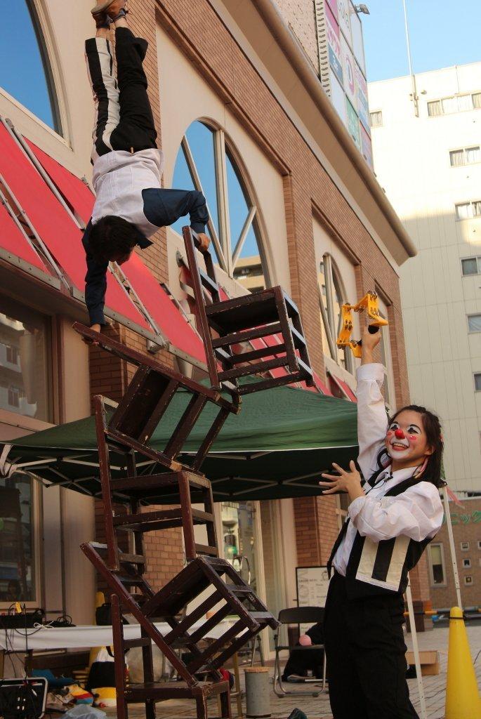 アルジェントさーかすの椅子倒立、五丁椅子の上での逆立ち!あつぎ国際大道芸フェスティバル