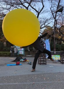 大道芸人GEN(ジェン)上野公園でジャイアントバルーンパフォーマンス