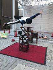 アルカキット錦糸町前広場で、大道芸人GEN(ジェン)が行うクロコダイルという片手技