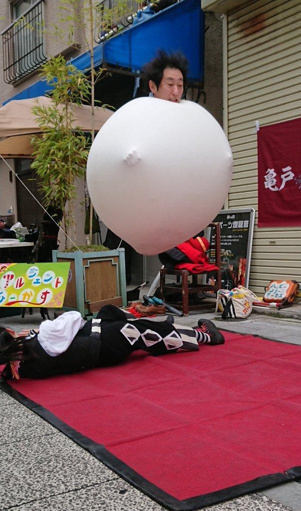 かめいど勝運大道芸で行われたアルジェントさーかすのジャイアントバルーンショー!写真で見てびっくり、こんなにジャンプしてたんですね♪