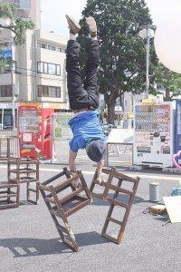 町田シバヒロでの大道芸!椅子を使った逆立ちショー