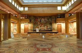 Grande salle d'exposition, rez de chaussée du musée, avec son sol de mosaïques et ses fresques murales