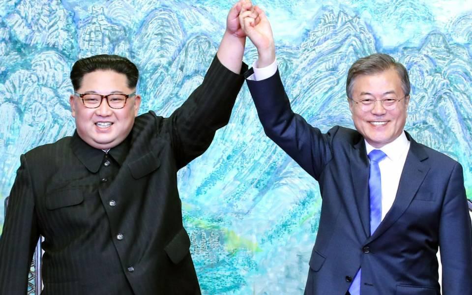 الزعيمان الكوريان كيم جونج أون و مون جاي إن