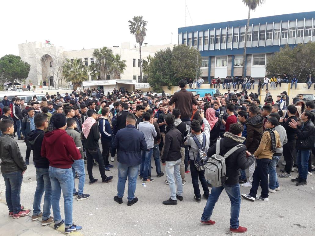 طلبة يعتصمون امام تربية اربد الاولى احتجاجا على نظام الفصل الواحد