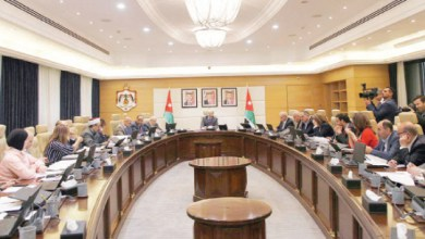 Photo of حكومة الرزاز تراوح بين إنجازات استعراضية وإخفاقات وتعديلات وزارية مربكة