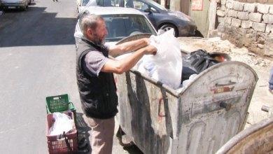 """Photo of """"أكلوني لحما ورموني عظما"""".. قصّة """"أبو الكيك"""" النجم الكروي الذي يجمع """"النفايات"""""""