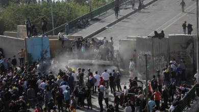 Photo of محتجون عراقيون يستعيدون السيطرة على جزء من جسر في وسط بغداد