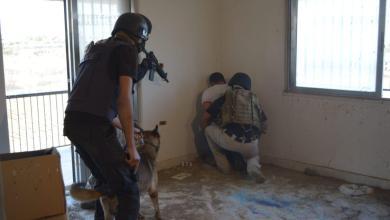 Photo of ضبط مطلوب مصنف خطير بمداهمة في البادية الشمالية (صور)