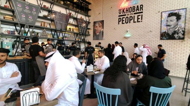 سعوديات يجلسن في مطعم مع الرجال بعد السماح لهن بالدخول من نفس الباب