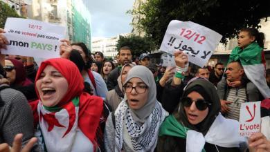 متظاهرون جزائريون رافضون لإجراء الانتخابات الرئاسية خلال تحرك احتجاجي في العاصمة الجزائر قبل يومين