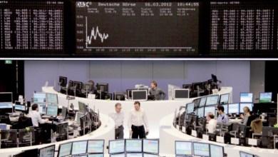 وسطاء ماليون يعملون في بورصة فرانكفورت - (ا ف ب)