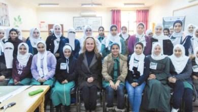 د. وفاء الحضراء تتوسط طاليات مدرسة بسمة الثانوية - (من المصدر)