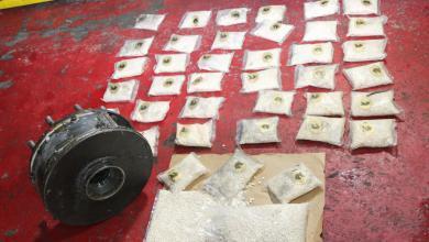 "Photo of ""مكافحة المخدرات"" تحبط تهريب ١٠٠ ألف حبة وتلقي القبض على 3 أشخاص (فيديو)"
