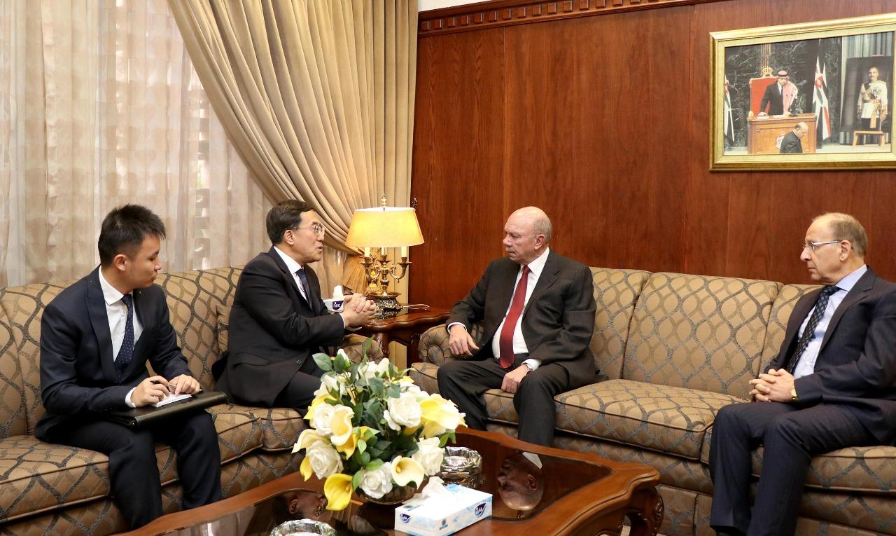 رئيس مجلس الاعيان فيصلر الفايز في مجلس الاعيان السفير الصيني لدى المملكة بان ويفانغ -من المصدر