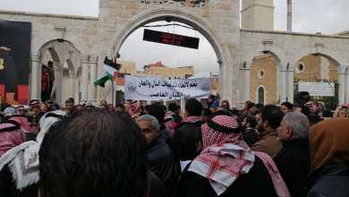 مشاركون في مسيرة من أمام المسجد العمري الكبير بوسط مدينة الكرك - الغد