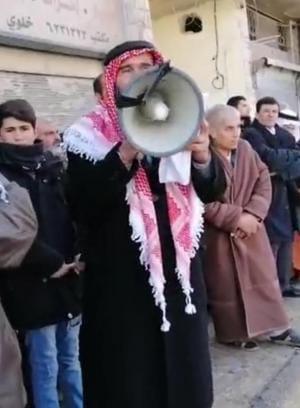 متحدث خلال وقفة احتجاجية امام مسجد المفرق الكبير - الغد