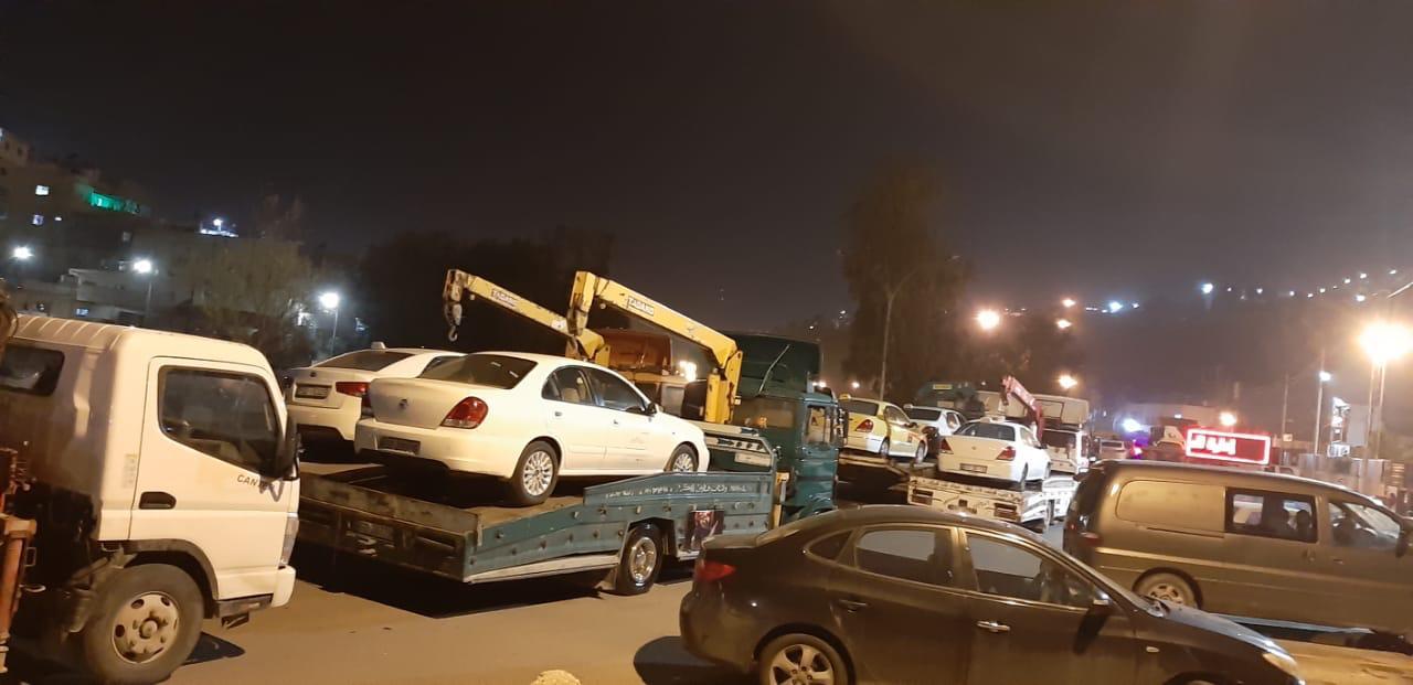 نقل المركبات المضبوطة لمخالفتها الحظر إلى ساحات الحجز في منطقتي سواقة والموقر
