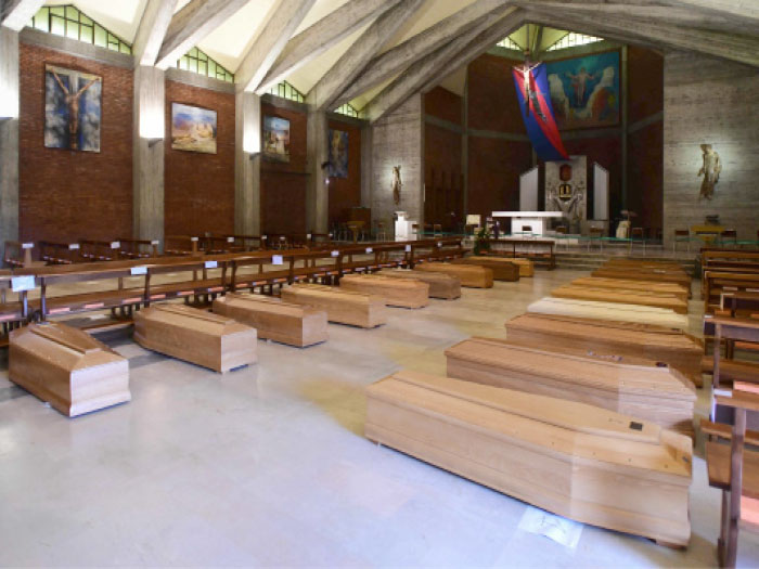 توابيت لوفيات بسبب كورونا في إحدى الكنائس الإيطالية - (أ ف ب)