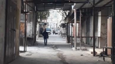 محال سوق الخضار في مخيم جرش مغلقة بسبب عدم تسلم أصحابها تصاريح إلكترونية - (الغد)