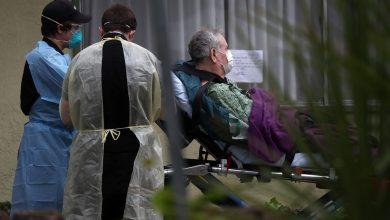 ابطاء الطواريء يساعدون مصابا بفيروس كورونا في كاليفورنيا- ا ف ب