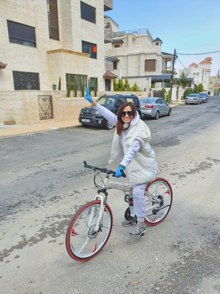 بيان أبو الرب خلال قيادتها لدراجاتها الهوائية