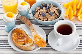، حتى إذا لم تكن تشعر بالجوع، فحاول تناول الحبوب الكاملة، أو الفاكهة والزبادي قليل الدسم.