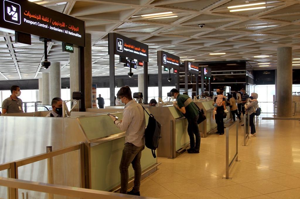 مسافرون قادومن قطر ينهون إجراءاتهم في مطار الملكة علياء الدولي -(بترا)