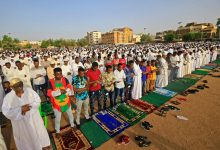 مصلون يؤدون صلاة العيد صباح اليوم في الخرطوم على لارغم من تفشي وباء كورونا في البلاد- ا ف ب