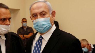 نتنياهو حضر إلى المحكمة مرتديا القناع ورفض الجلوس على مقعد المتهمين أمام الصحفيين