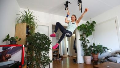 المتسلقة بيترا كلينغلر تتمرن في البيت في مدينة بيرن في سويسرا