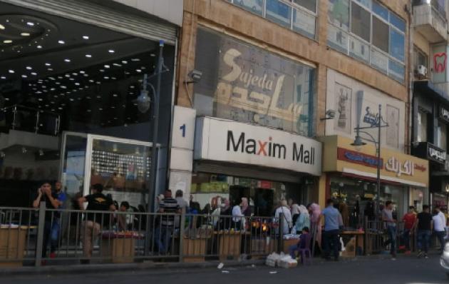 متسوقون في جبل الحسين بالعاصمة عمان -(تصوير: أسامة الرفاعي)