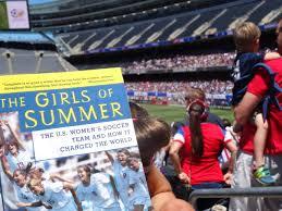 """كتاب """"فتيات الصيف: منتخب كرة القدم الأمريكي للسيدات وكيف غير العالم"""" من كاتبه جيري لونجمان."""