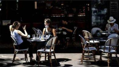 عادت حياة المقاهي إلى باريس