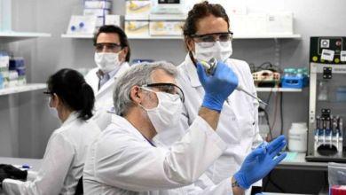 يجري فنيون أبحاثا عن فيروس كورونا المستجد في معمل في العاصمة الأرجنتينية بيونس آيريس، في وقت أكدت أكثر من 300 دراسة إصابة مرضى كورونا المستجد باضطرابات عصبية