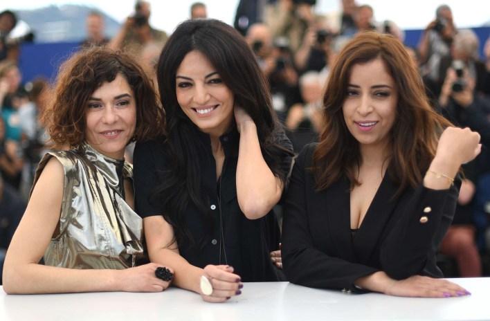 المخرجة مريم توزاني تتوسط بطلات فيلمها آدم في مهرجان كان