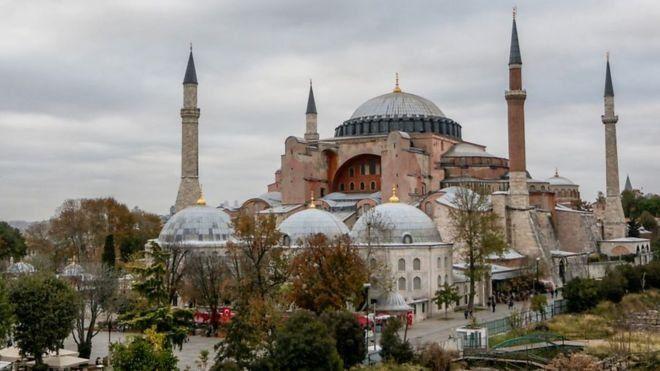 """تحولت كاتدرائية """"آيا صوفيا"""" إلى مسجد في عهد العثمانيين ثم إلى متحف في عهد مصطفى كمال أتاتورك"""