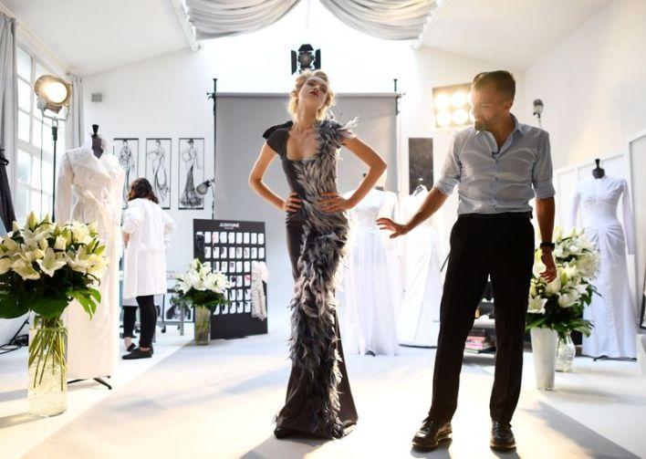 مصمم الأزياء جوليان فورنييه والعارضة   التشيكية ميشيلا تومانوفا- وكالات