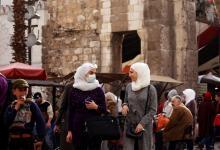 نساء يرتدين أقنعة الوجه بسبب انتشار فيروس كورونا في دمشق القديمة في سوريا