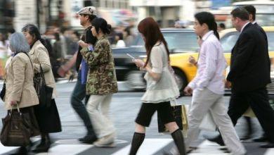 Photo of الهواتف الذكية: تعرف على أول مدينة يابانية تحظر استخدامها أثناء السير على الأقدام