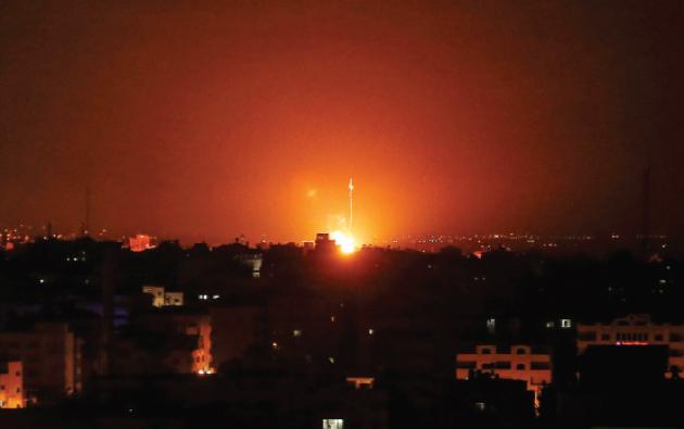 نيران تتصاعد من غزة بعد غارة جوية للاحتلال الاسرائيلي على القطاع المتواصلة .-(أرشيفية)