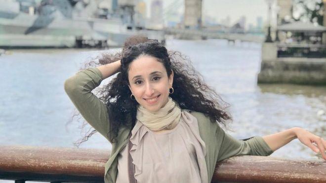 """Photo of كورونا غزة: ذات الضفيرة الطويلة التي أدمنت العزلة وتكتب مثل """"بلدوزر"""""""