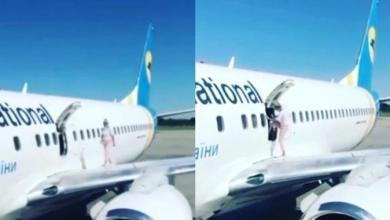 الكمسافرة وهي تمشي على جناح الطائرة